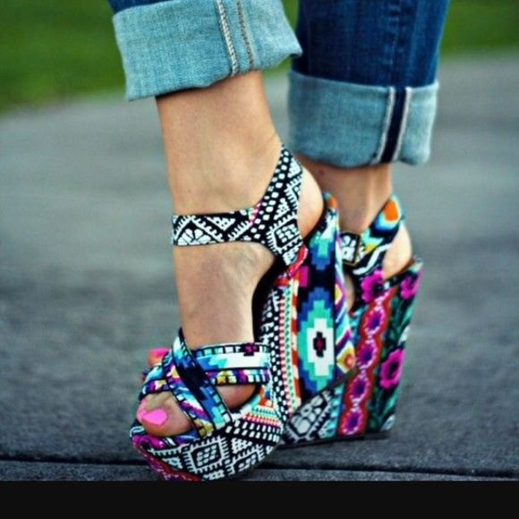 Steve Madden Winonna Print Crossover Strap Wedges Worn twice, comes from smoke free home. Steve Madden Shoes Wedges