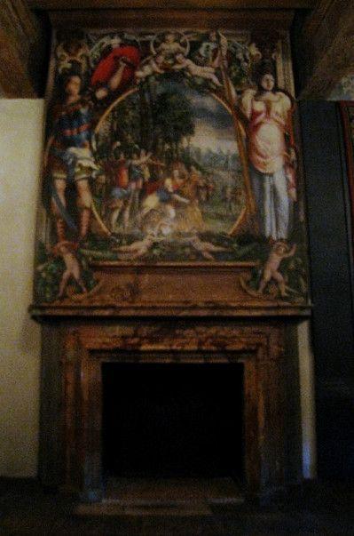 chateau d'ecouen - CHEMINEE DE LA CHAMBRE DU ROI: Saül dépeçant ses boeufs. Un soin tout particulier a été apporté au décor de la chambre du roi. La frise est ornée de trophées et de scènes peintes. Le plafond est peint en jaune et des veines rouges imitent celles en bois. Entre les poutres et sur celles-ci, on reconnaît sur des cartels noirs ou rouges, les 3 croissants et les H du roi Henri II et le double K de Catherine de Médicis.