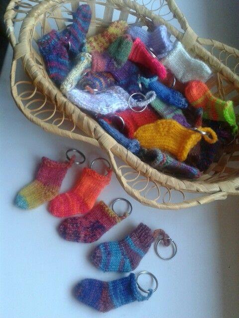 Mini Socken Als Schlüsselanhänger Taschenbaumler Häkeln Pinterest