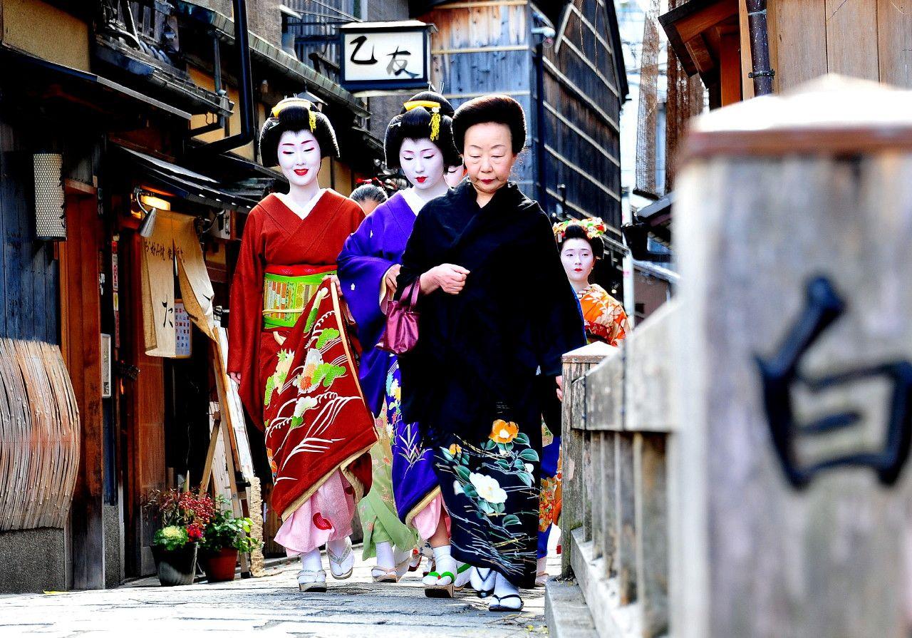 Tsurui okiya family: okasan Yoshiju, geiko Sayaka, geiko Kyouka and shikomi behind her. There is also maiko Mameroku (orange kimono) of Arai okiya ^^