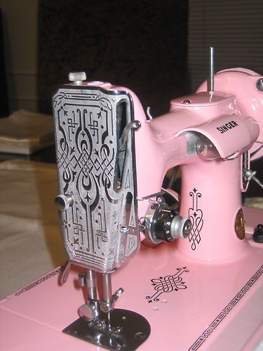 A BEAUTIFUL PINK SCROLL SINGER FEATHERWEIGHT 40 Exceptional Buy Magnificent Featherlite Sewing Machine Pink