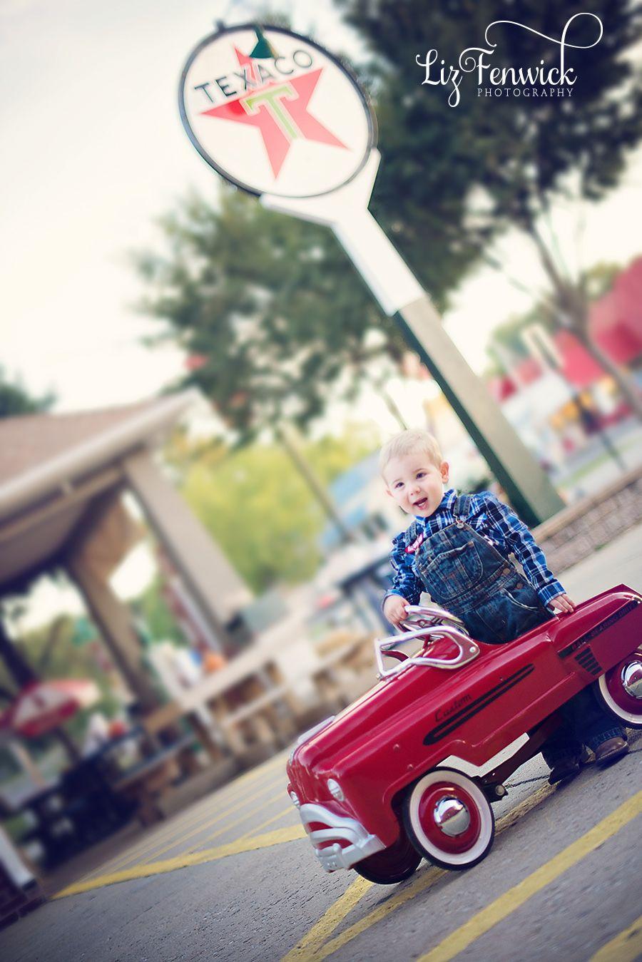 www.lizfenwickphotography.com car child gas pump photo