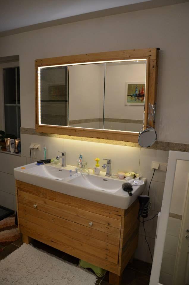 Meuble et miroir pour la salle de bain fait avec des palettes