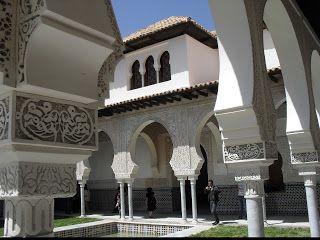 ALGERIE, Terre d'Afrique: Le palais El Mechouar (قلعة المشور en arabe, prononcé Qal'at al-Mishwâr) est un palais royal zianide, situé à Tlemcen en Algérie. Construit au Moyen Âge par les rois Zianides en 1248, le Mechouar, littéralement « aile du Conseil » (« lieu de mouchawara », soit« conseils consultatifs » ), doit son nom à la salle où se réunissaient les ministres autour du roi de Tlemcen. El Mechouar désignait en Andalousie et dans le Maghreb un palais-citadelle.
