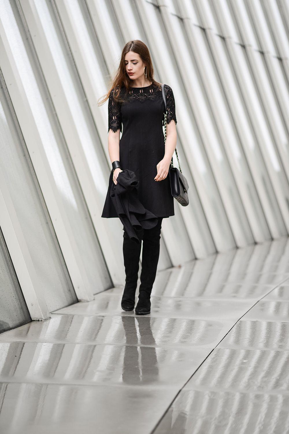 abendlook: schwarzes kleid mit spitze und overknees