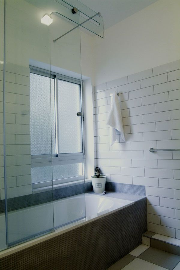 מיוחדים דר האמבטיה עוצב בגווני אפור ולבן, קרמיקה לבנה בשיטת הנחה של לבנים OK-13