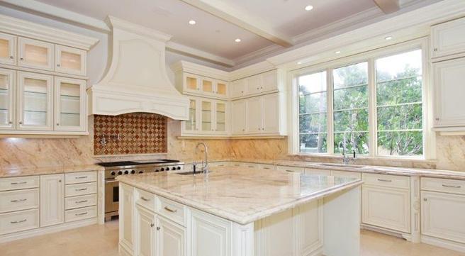 Encimeras de cocina granito o cuarzo cocinas con for Cocinas blancas con granito