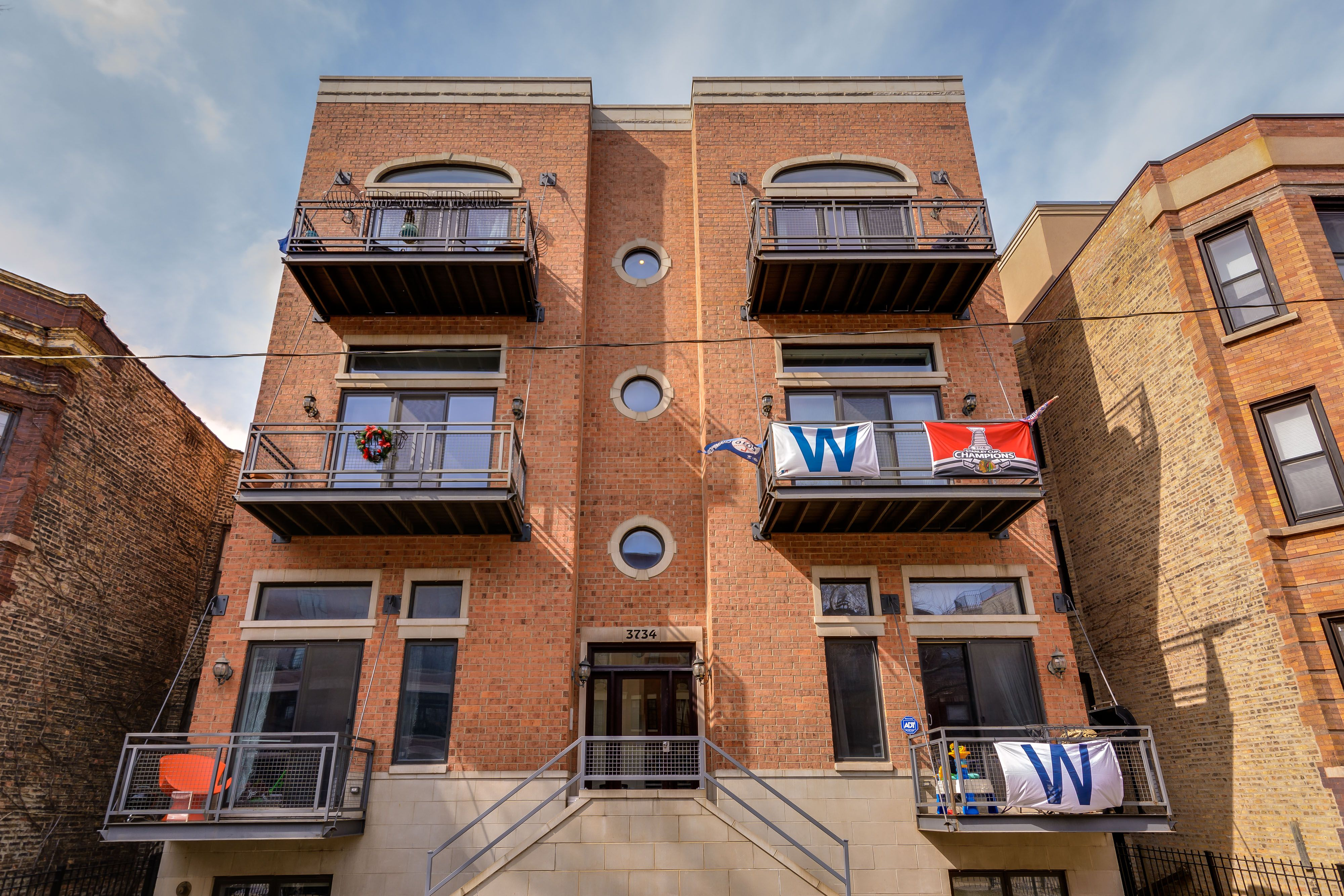 Modern Red Brick 3 Story Apartment Building In Wrigleyville Chicago Featuring Porthole Windows And Ind Lakeview Apartments Chicago Apartment Apartment Building