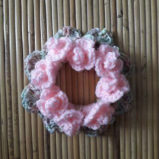 Scrunchies [2]: Crochet around hair elastic ties and make crocheted mini roses to your scrunchies. #crochetscrunchies