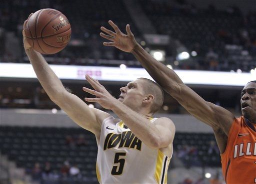Gatens Scores 20 Hawkeyes Don T Score A Field Goal For The Last 9 00 But Hang On To Win In Round 1 Of The Illinois Fighting Illini Basketball Photos Hawkeyes