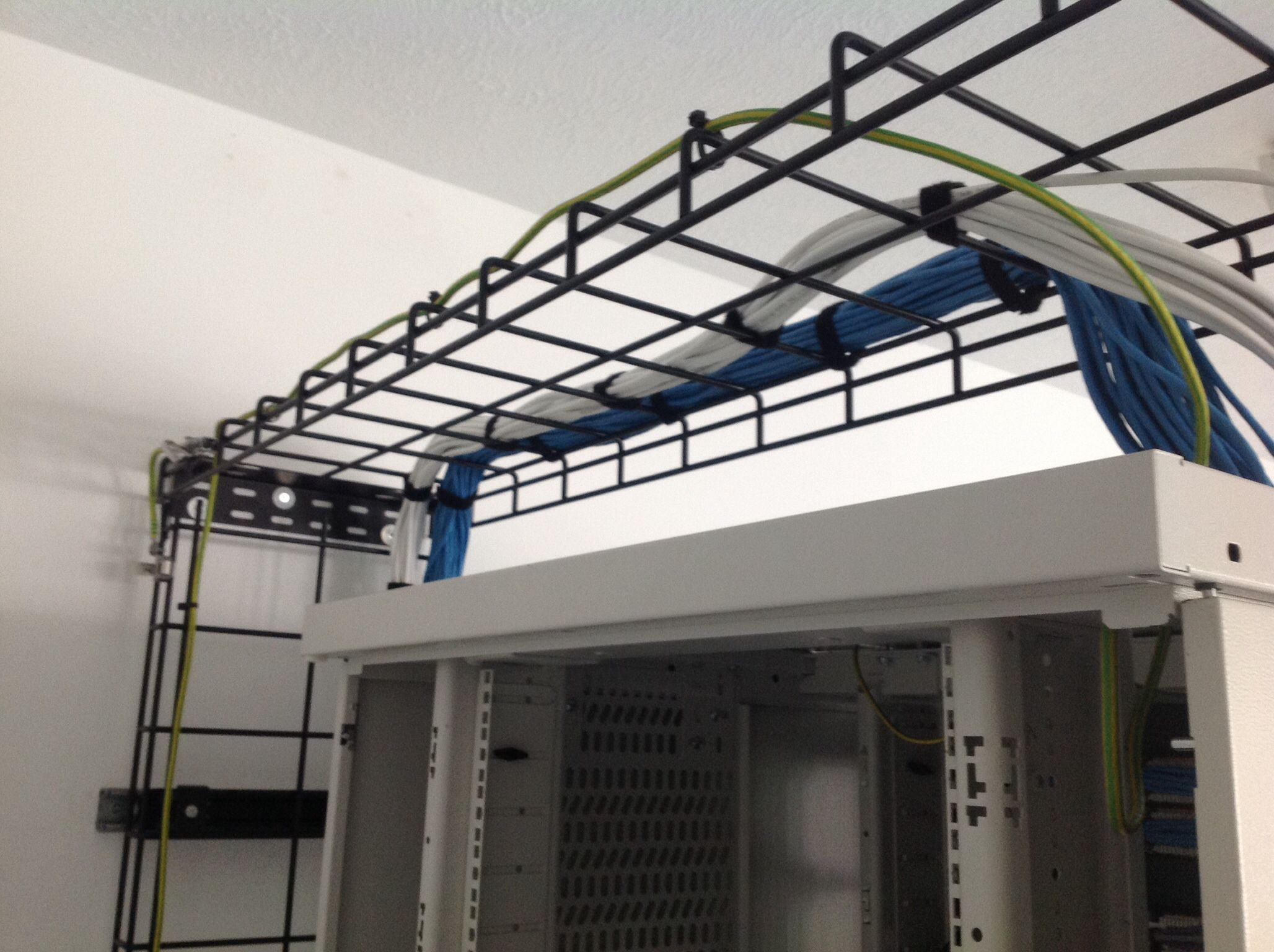 Panduit Wyr Grid Overhead Cable Management Used For Top Entry Cable Routing Into A Dataracks Eco 303 Cabinet Structured Cabling Server Room Cable Management