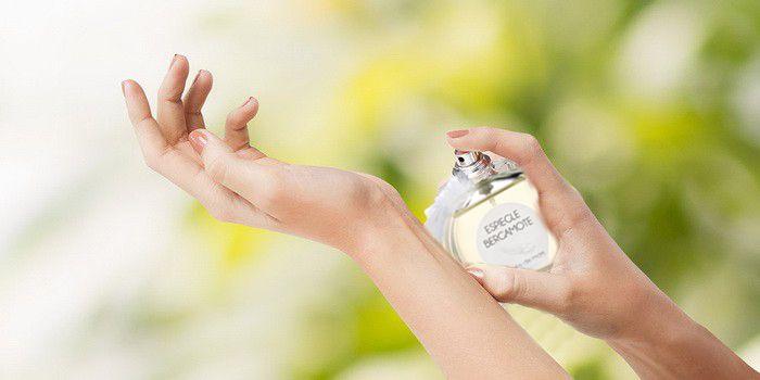 Zona de aplicación AIMÉE de MARS. En la muñeca. Justo en el pulso, aplicar el perfume en una de las muñecas y frotar una con la otra.