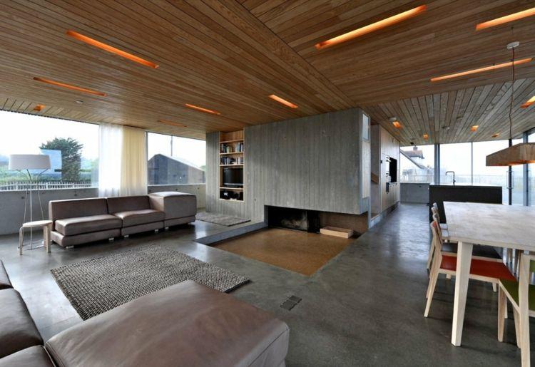 moderne deckengestaltung holz beleuchtung kamin beton fussboden