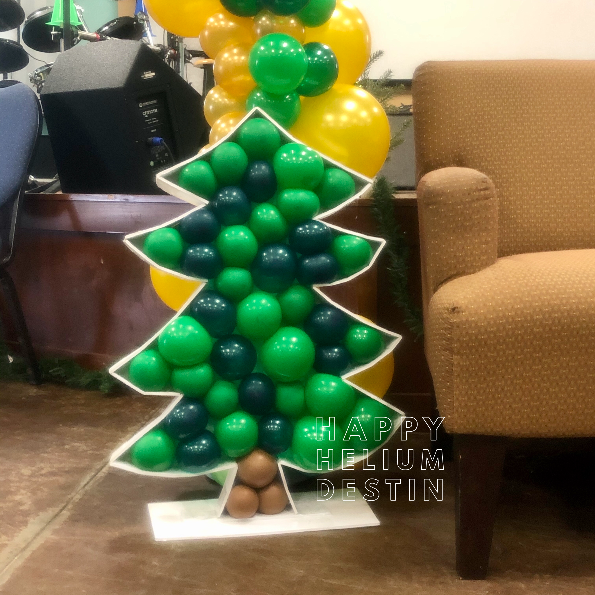 Balloon Christmas Tree Mosaic In 2020 Balloons Tree Mosaic Balloon Decorations
