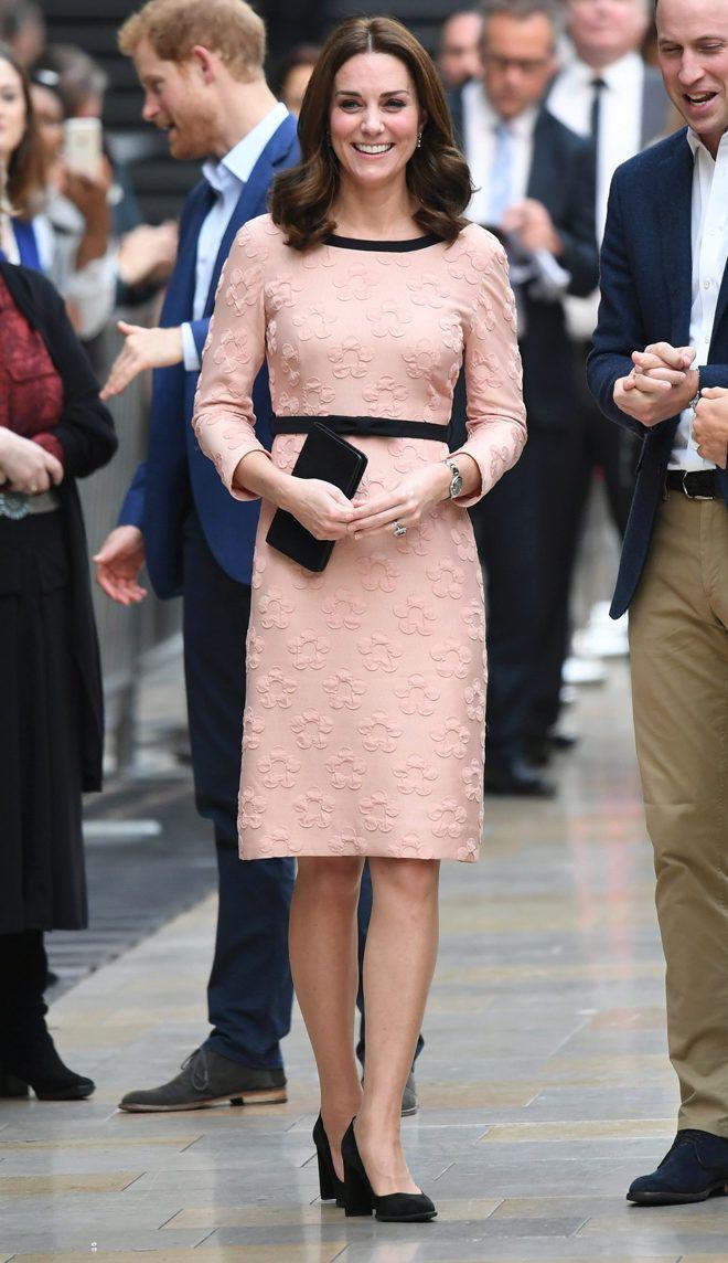 Reaparicion de Kate en el set de Paddington, usando un vestido de ...