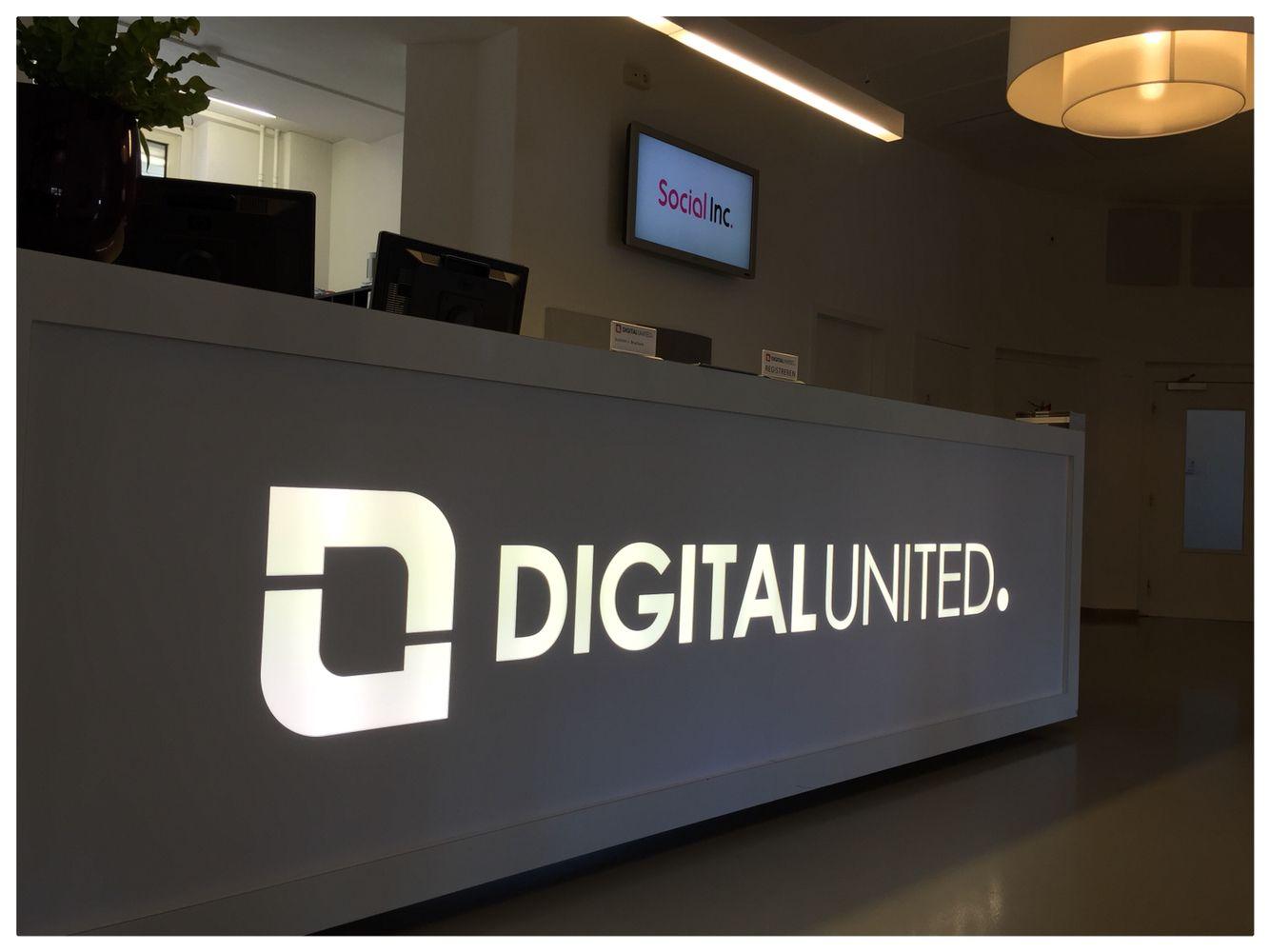 Balie Digital United blockout folie verlicht vanuit achterzijde