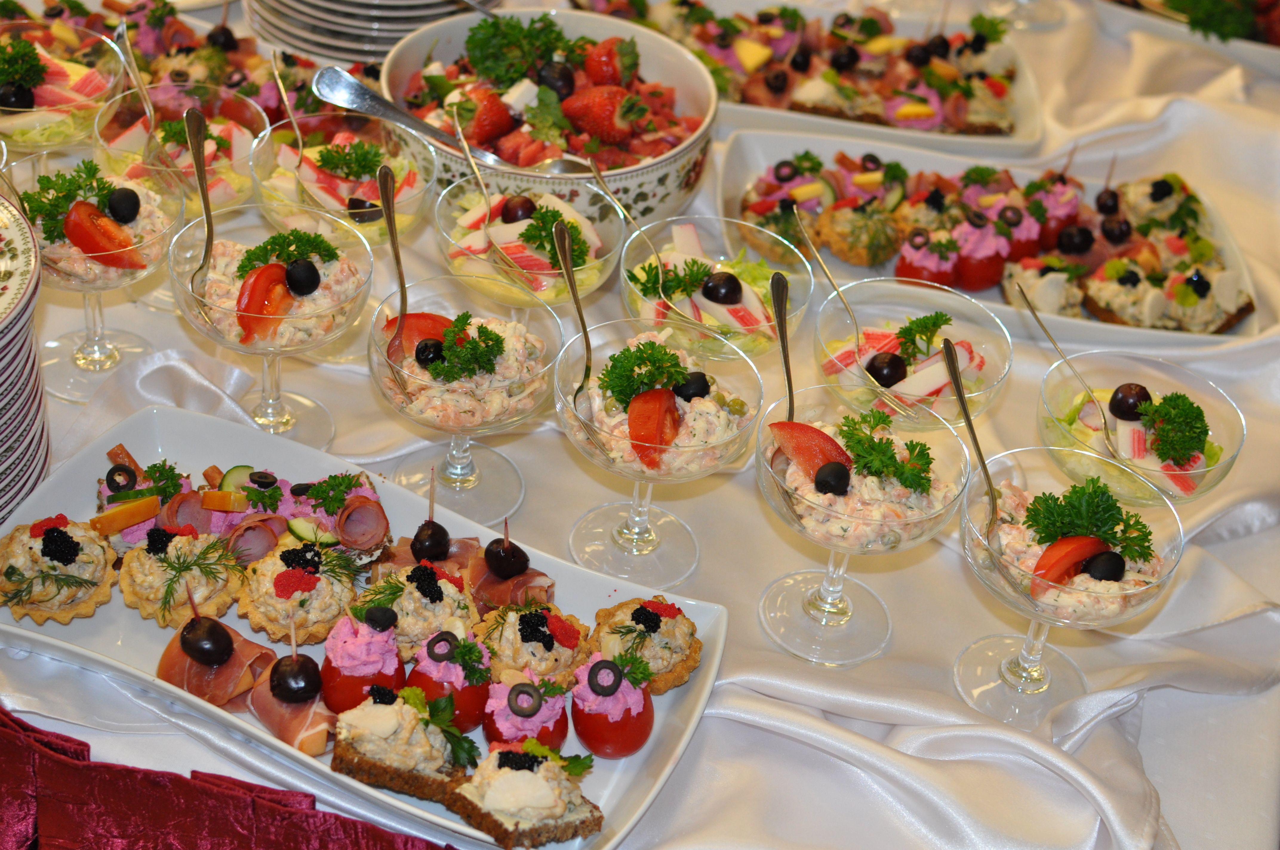 Zamiast Przygotowac Salatke W Jednej Duzej Misce Polecamy Poporcjowac Ja Na Male Pucharki Efekt Jest O Wiele Lepszy Table Settings Decor Table Decorations