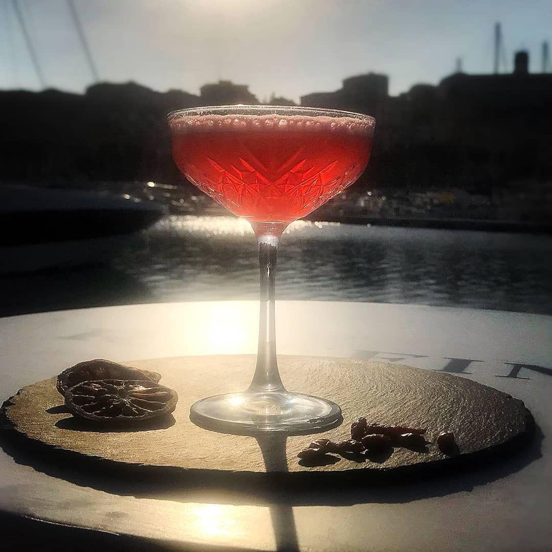 Adelaide E Il Mio Drinm A Base Di Vodka Limone Peperoncino E Cannella Accompagnato Da Questo Meraviglioso Tramonto Imper Alcoholic Drinks Alcohol Rose Wine