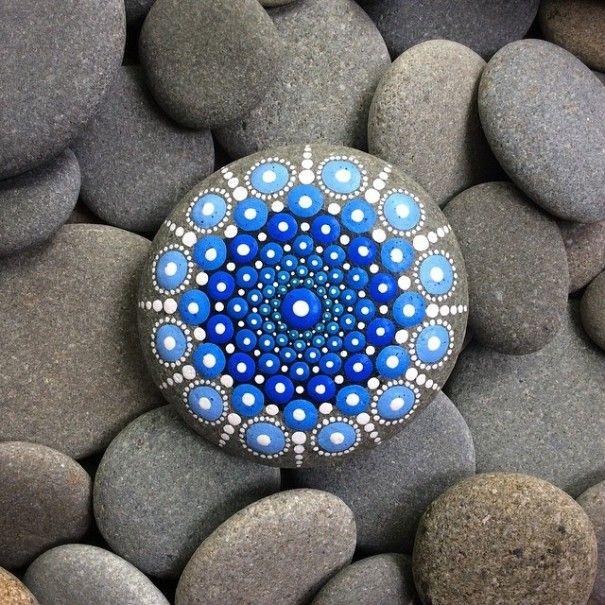Diese Frau malt Tausende kleine Punkte auf Steinen und kreiert damit ...