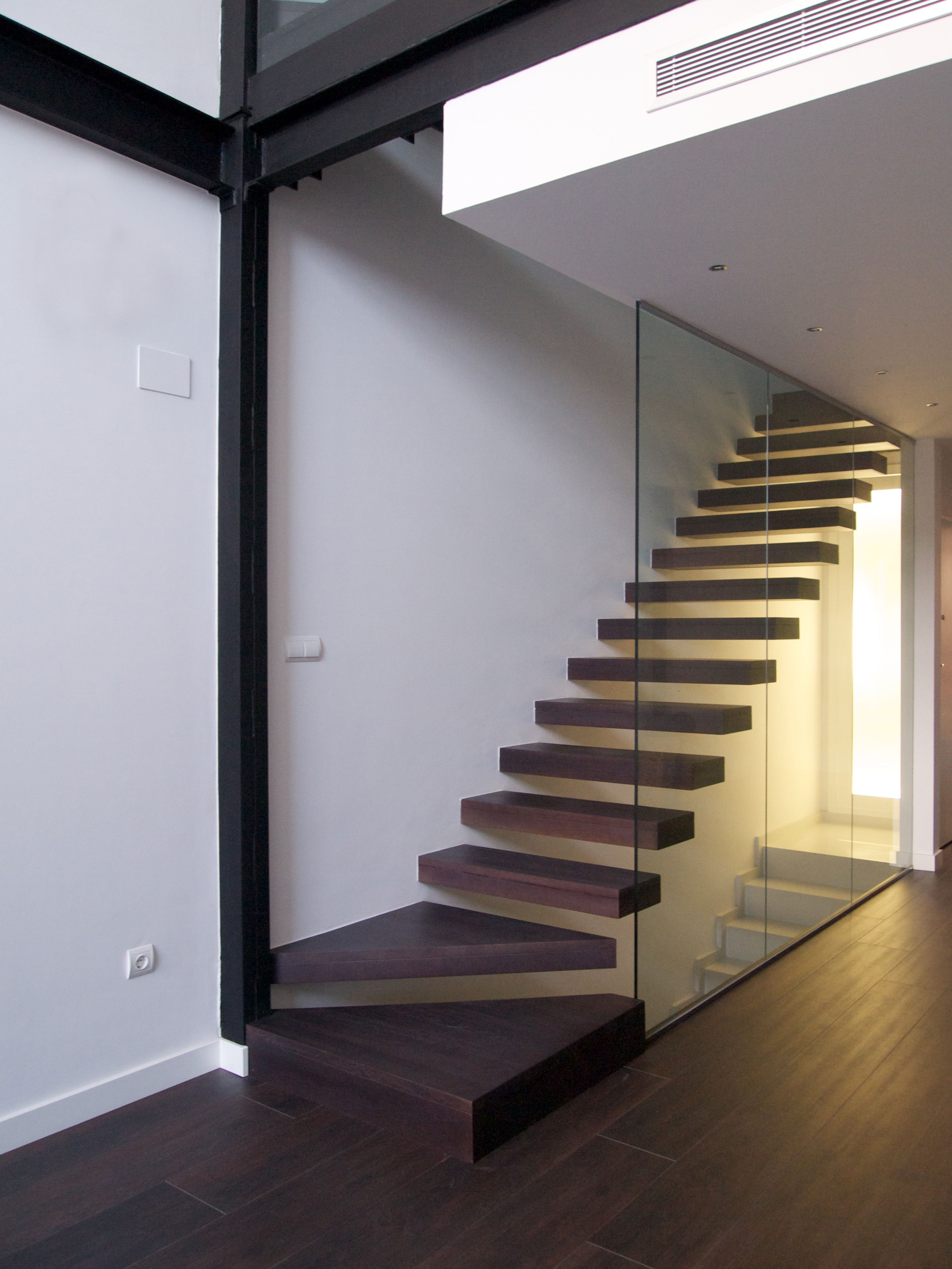 Detalle de la escalera en voladizo en la vivienda unifamiliar 3m forma arquitectura - Escaleras para viviendas ...
