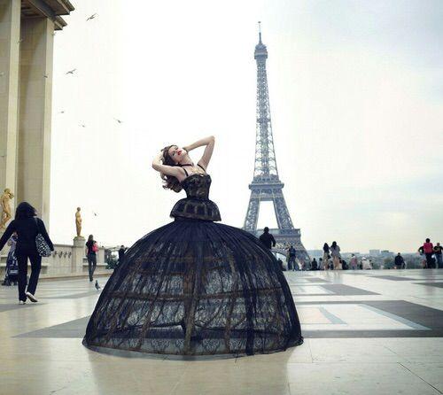 Imagen vía We Heart It #black #dress #fashion #france #outfit #paris #style