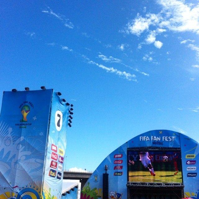 Boa tarde, #FanFestNatal! :) A quarta-feira nos trouxe de presente um céu limpinho e muuuuito azul. Vem pra cá! Transmissão dos jogos do dia, shows e toda a estrutura para a sua diversão!