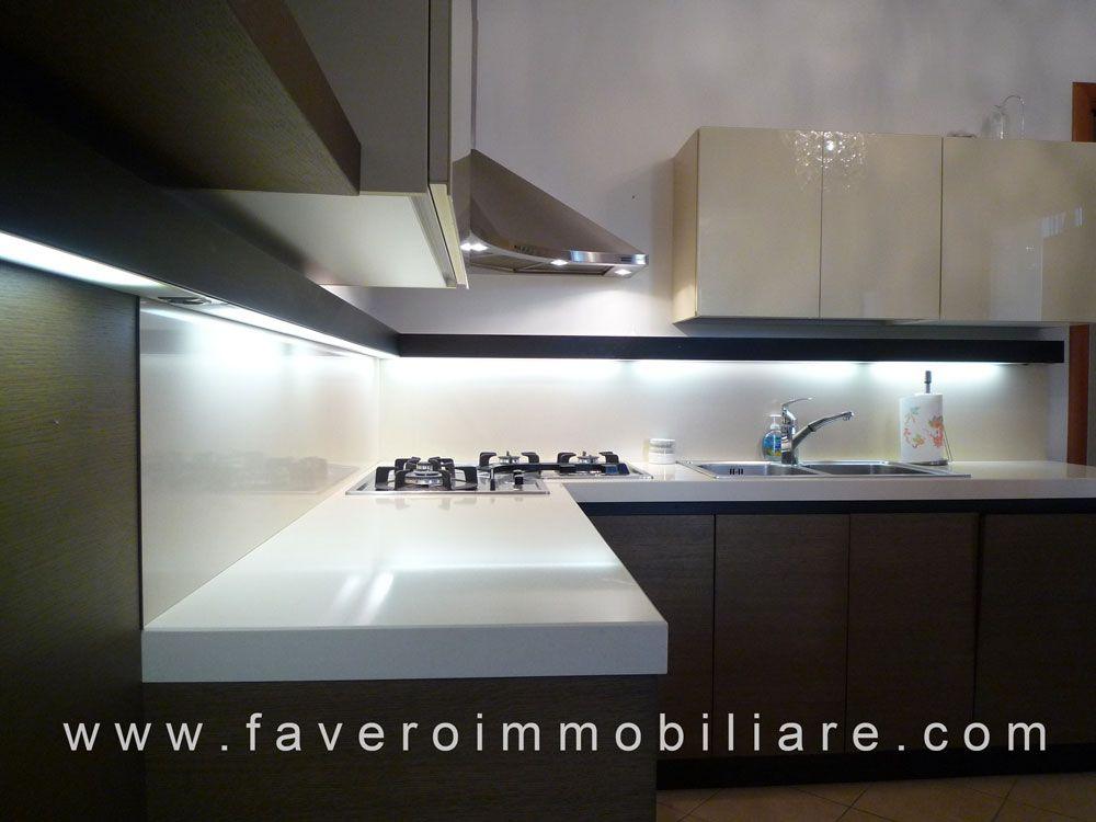 Piano cottura e rivestimento parete bianco su cucina di tonalità ...