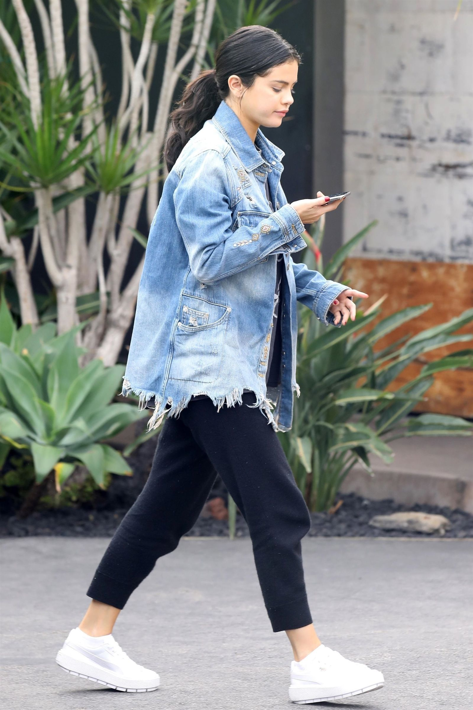 Selena Gomez Wore An Oversized Denim Jacket And Black Jogger Pants While Out In L A Denim Jacket Outfit Oversized Denim Jacket Oversized Denim Jacket Outfit