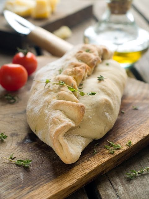 Calzone farcie à la mozzarella, la ricotta, tomates et basilic