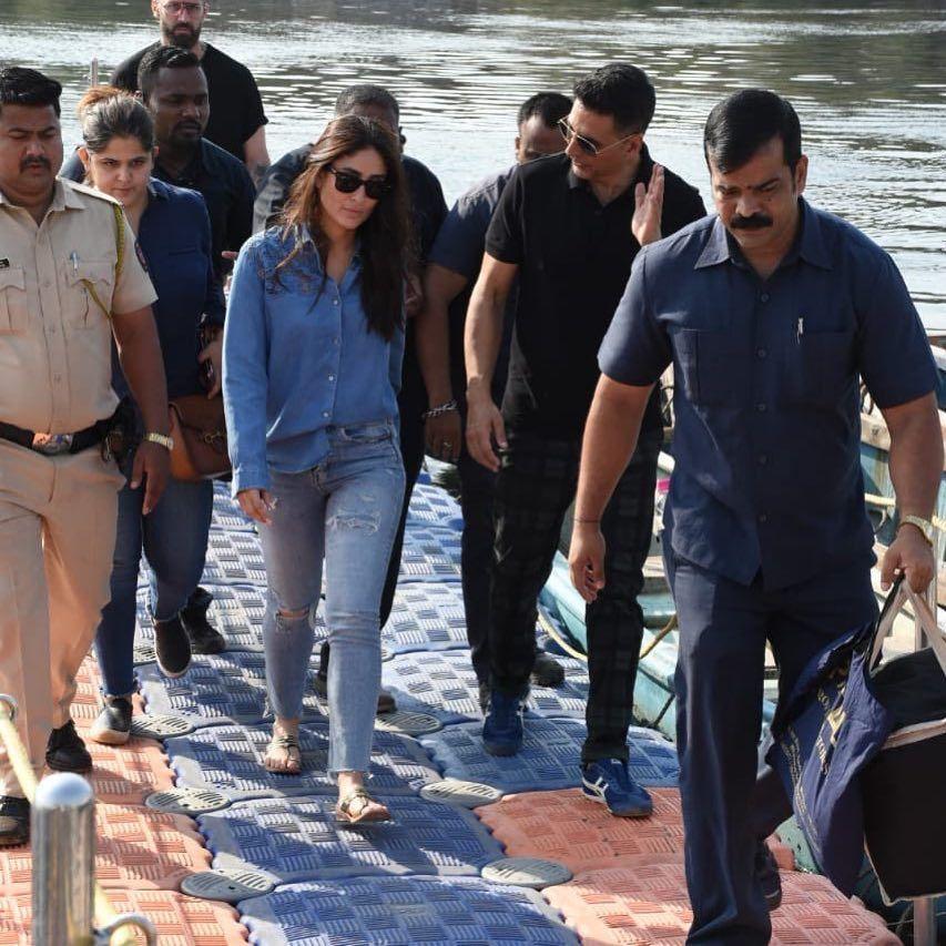 Kareena Kapoor Nail The All Denim Look As She Gets Papped Up With Akshay Kumar At The Sets Of Good News Hungryboo Kareena Kapoor Bollywood Celebrities Instagram Pose