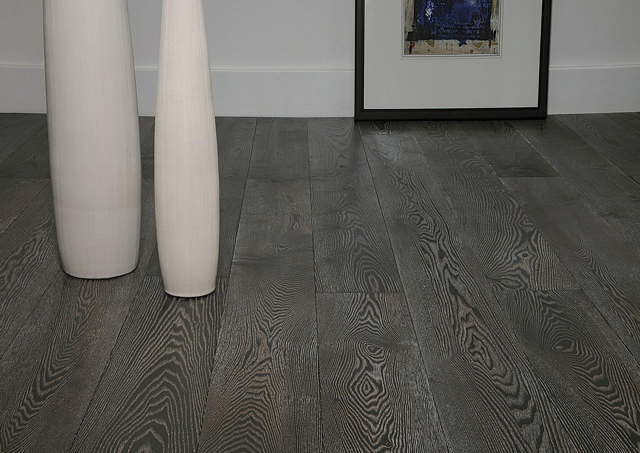 Pisos de madera estructurada colores oscuros.