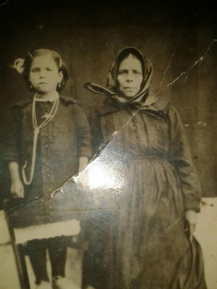 Nonna con nipote (tipica posa sulla sedia per i bambini ) Sardegna 1920 circa.@