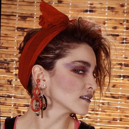 13 Hairstyles You Totally Wore In The 80s Pricheski V Stile 80 H Stil 80 H Stil