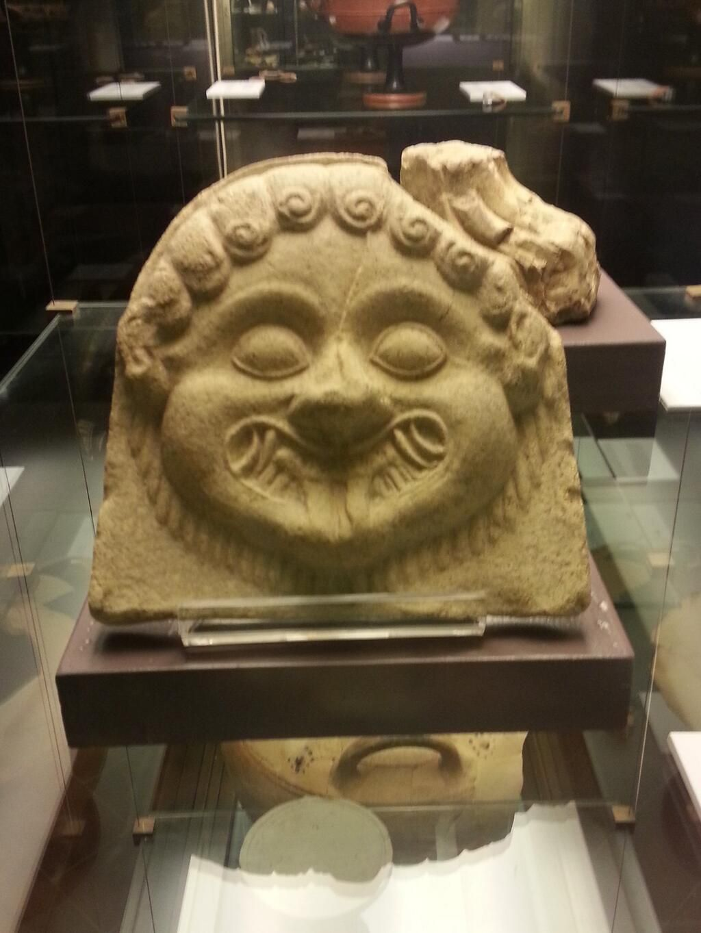 Antefissa a testa di #Gorgone, fine VI sec. a.C., da #Caulonia, in mostra al MAF #Firenze