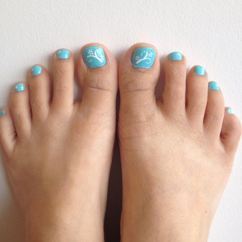 Cute floral toenail design. Summer inspiration. Tiffany and Co ...