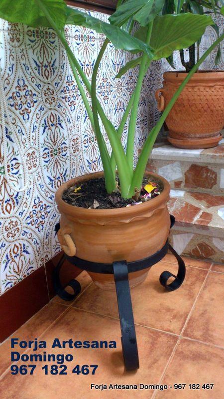 Macetero artesano con tres patas con adornos de forja maceteros pinterest iron plants - Maceteros de forja ...