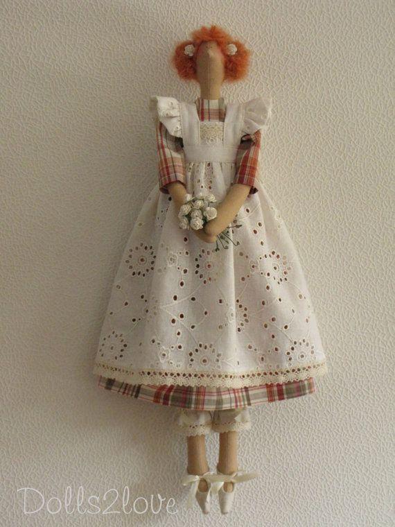Muñeca Tilda Joline usando una naranja a cuadros vestido y un