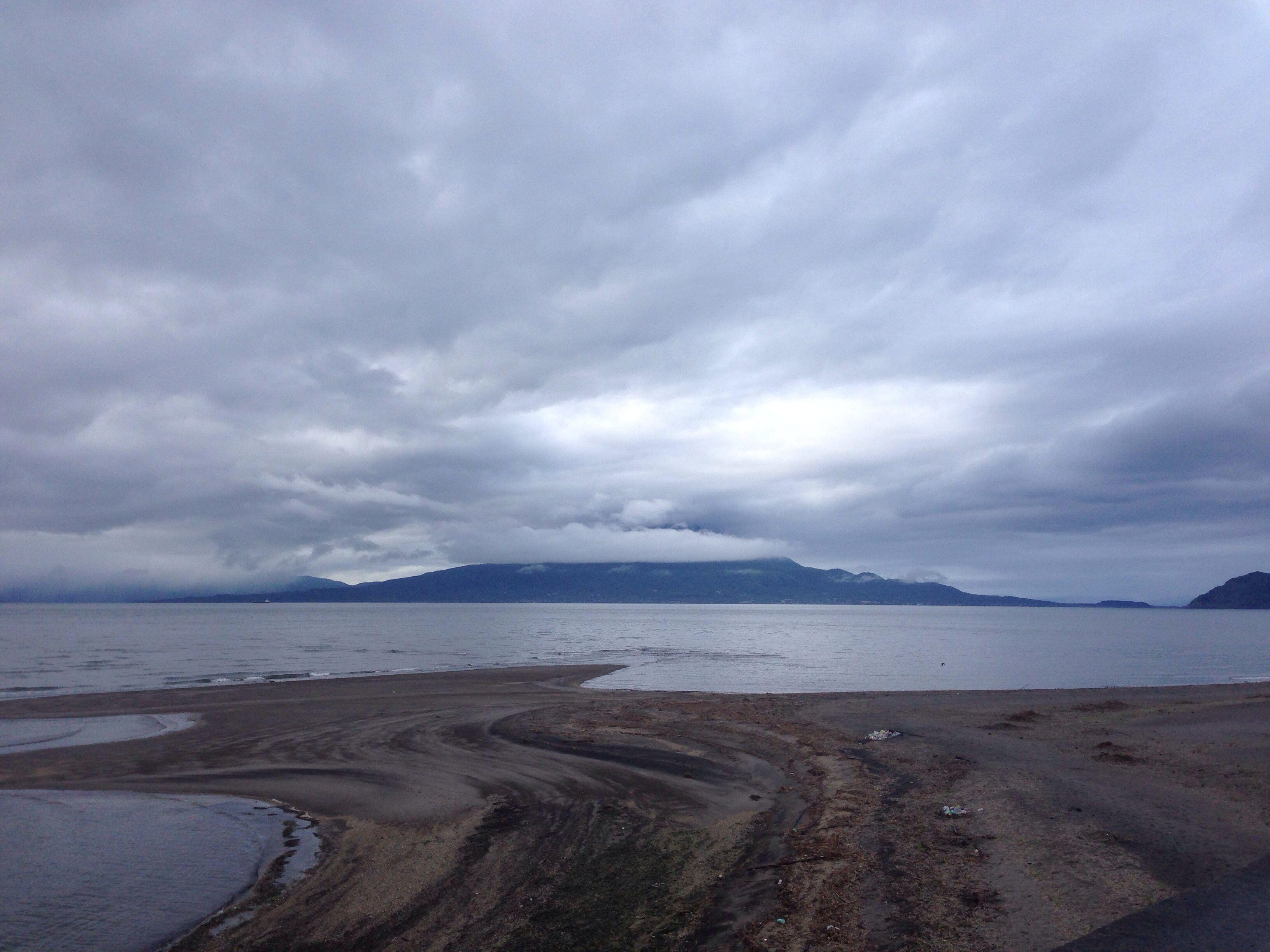 おはようございます(^o^)/  今日の桜島です。  雨の合間に撮影しました。  かなり分厚い雲がかかってますが、回復方向に向かうようです。  昨日はコスタリカに勝ちましたね!遠藤、ナイスシュートでした!  今日も一日、元気に楽しんでいきましょう!