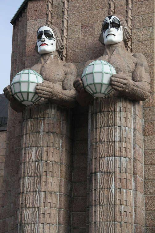 Kivimiehet ovat sonnustautuneet Kiss-henkisesti Suomeen saapuvan bändin kunniaksi.