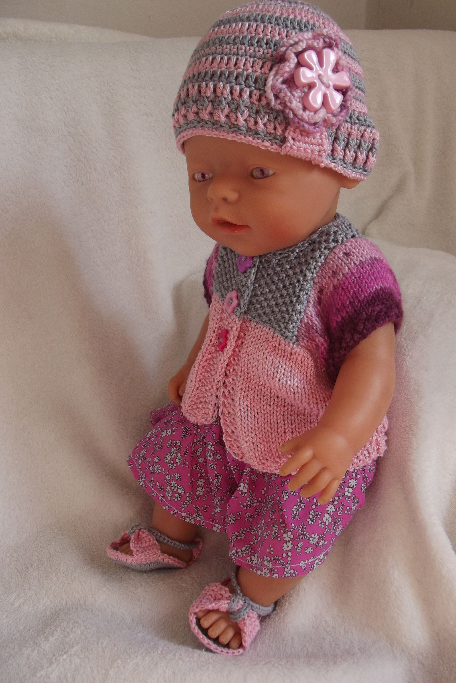 1b8dab4623e Komplet v barvách růží Letní komplet pro panenku je pletený v odstínech  růžové a šedé barvy