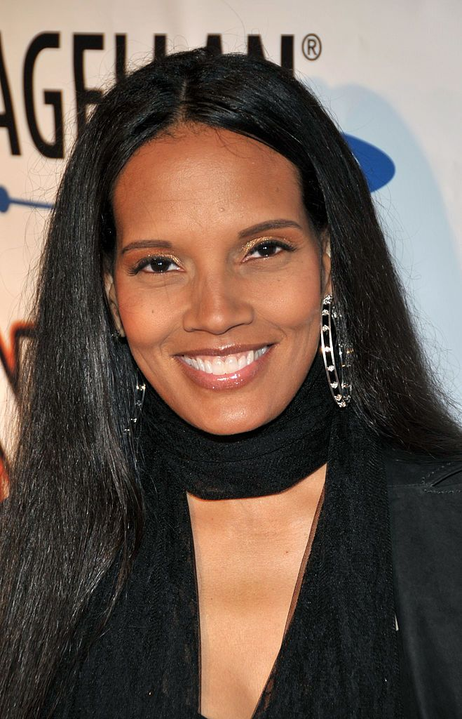 Shari Headley Now Coming To America Sequel In The Works See The Original Black Female Actresses Beautiful Gray Hair Black Beauties