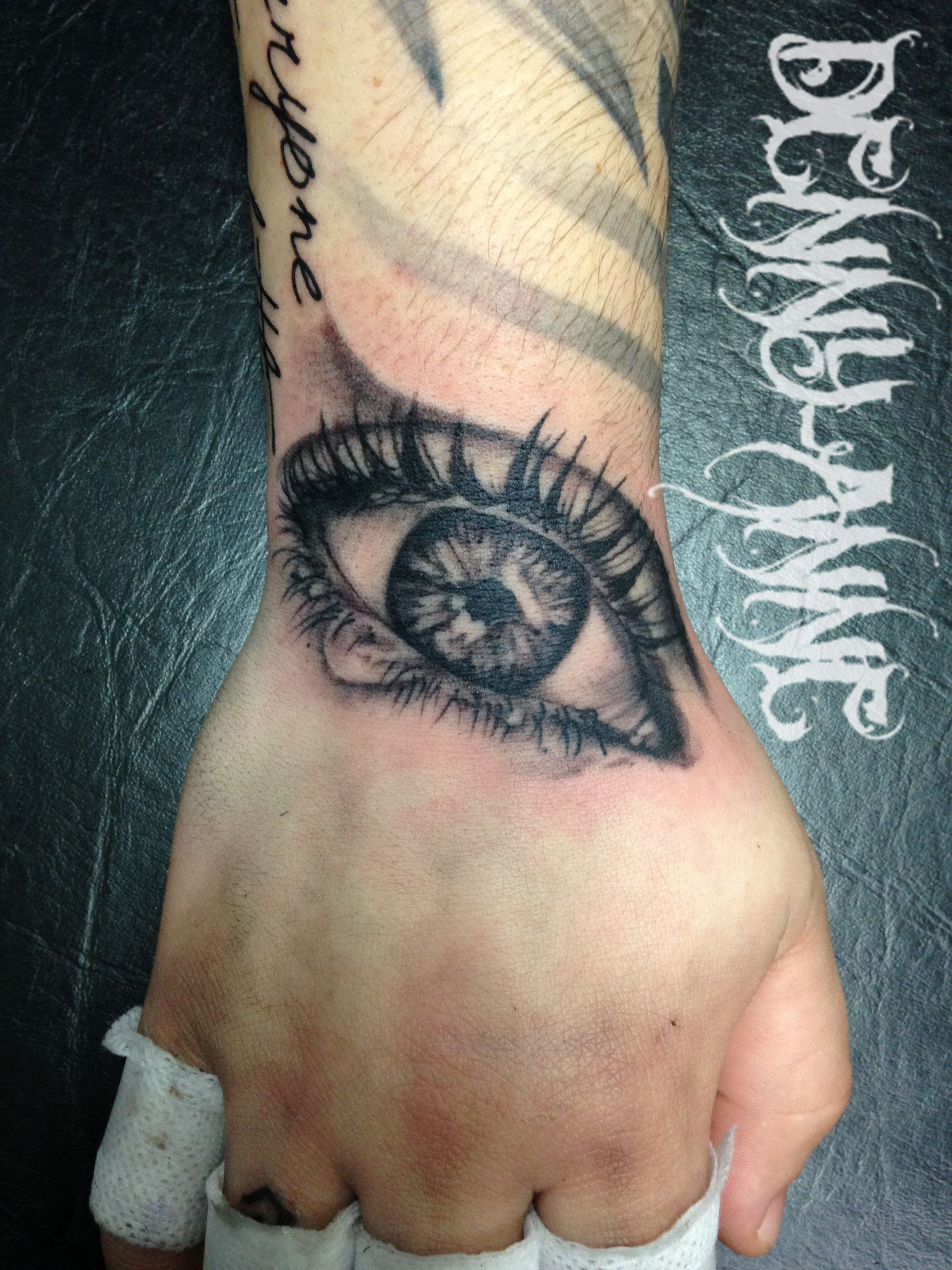 Tout passe par le regard! Eye tattoo black and grey