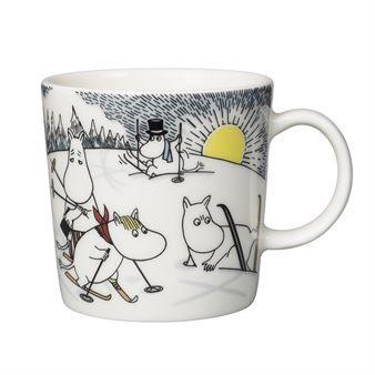 Herttainen Hiihtämässä herra Virkkusen kanssa -muumimuki är Arabian talven 2014 erikoismuki. Mukin kaunis kuviointi perustuu Tove Janssonin rakastettuihin Muumilaakson hahmoihin ja heidän touhuihinsa. Tällä kertaa muumit päättävät jättää talviunet väliin ja opetella hiihtämään.   Muumit hiihtävät ensimmäistä kertaa, eikä hiihtäminen oikein suju. Apuun tulee herra Virkkunen, joka lupaa opettaa hiihtotaidon muumeille. Muumit toteavat, että he eivät sovellu urheilijoiksi, ainoastaan Mymmeli…