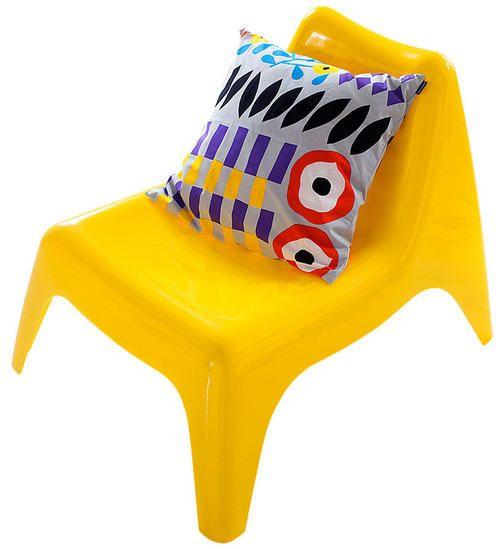 Parvekkeelle ja patiolle sopii muovinen tuoli, 24,90 e, Ikea, ja Akankaali-tyynynpäällinen, 29,50 e, Marimekko.