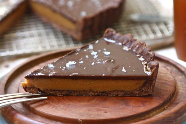 Calling all peanut butter + chocolate fans: a recipe to make your own giant peanut butter cup.
