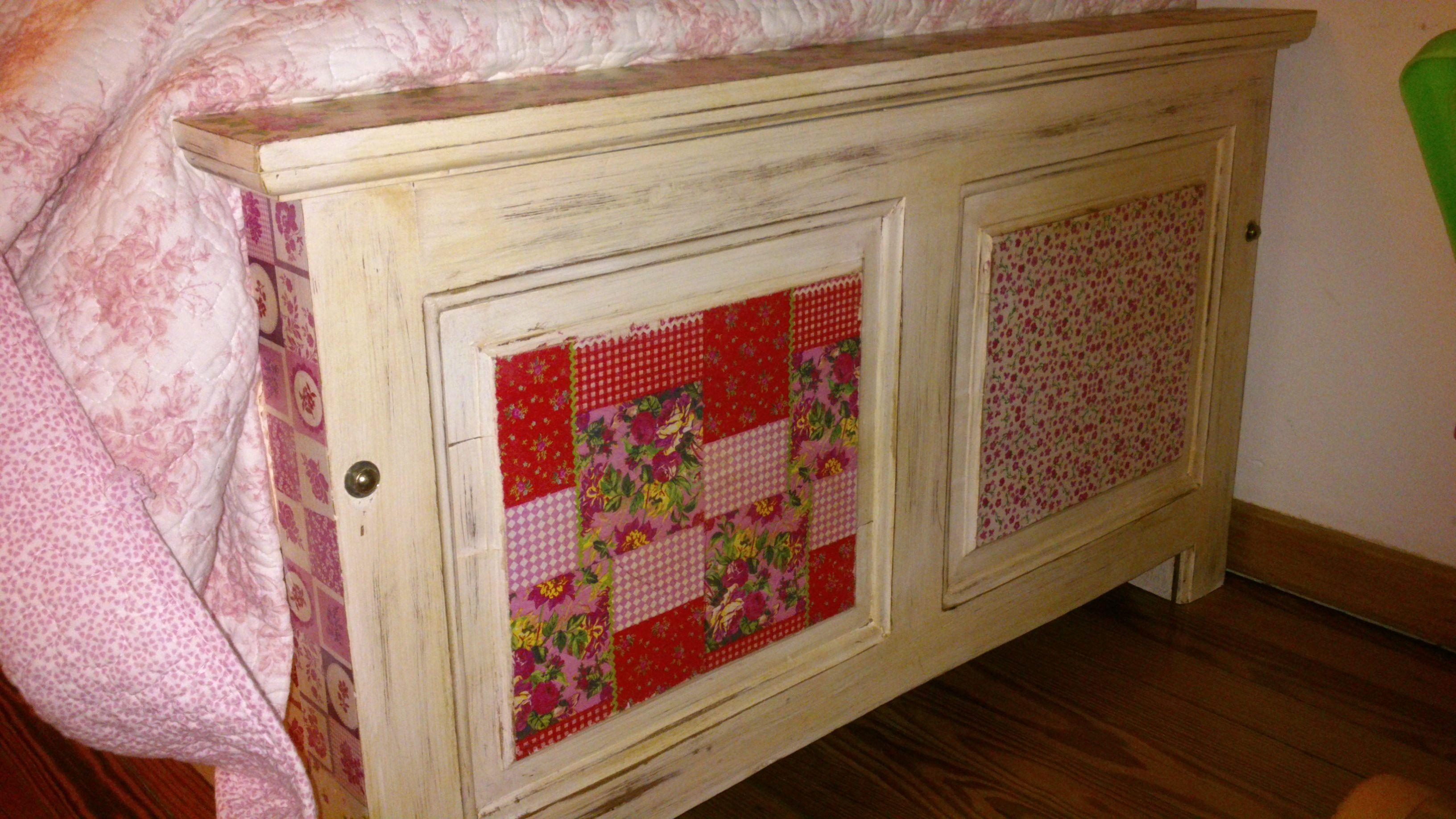 Pié de cama envejecido y trabajado con patchwork en decoupage.