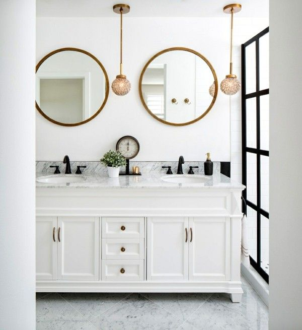 Fesselnd Schönes Modernes Bad Weiß Grau Schwarz Zwei Runde Spiegel Runde Kleine  Hängeleuchten