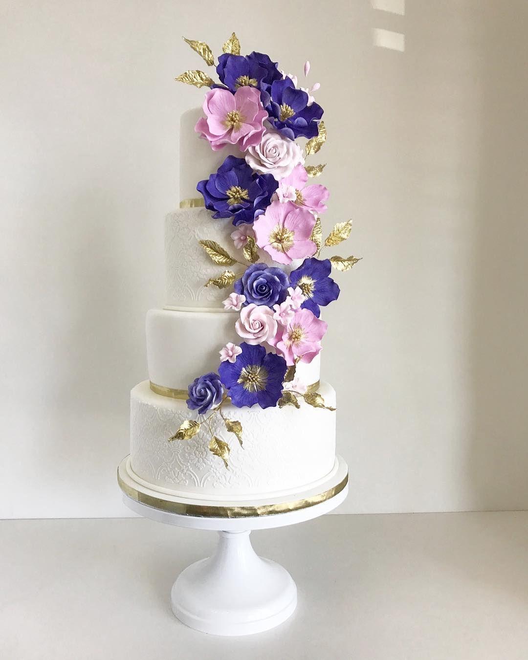 22 Beautiful wedding cakes to inspire you : White wedding cake with pink and indigo sugar flowers