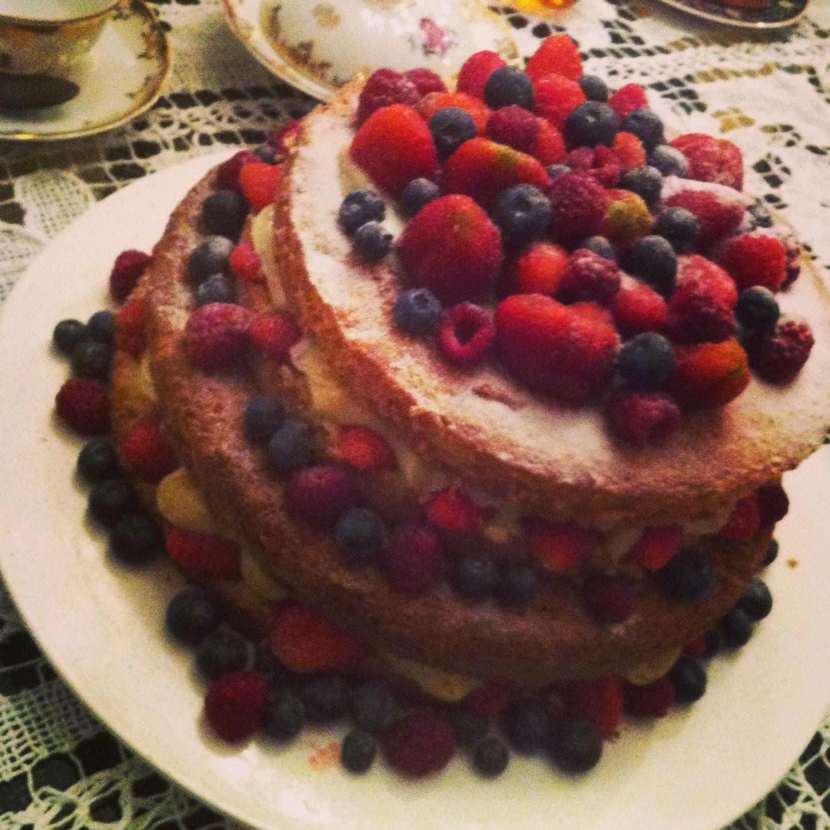 Naked Cake de frutas vermelhas com recheio de brigadeiro branco