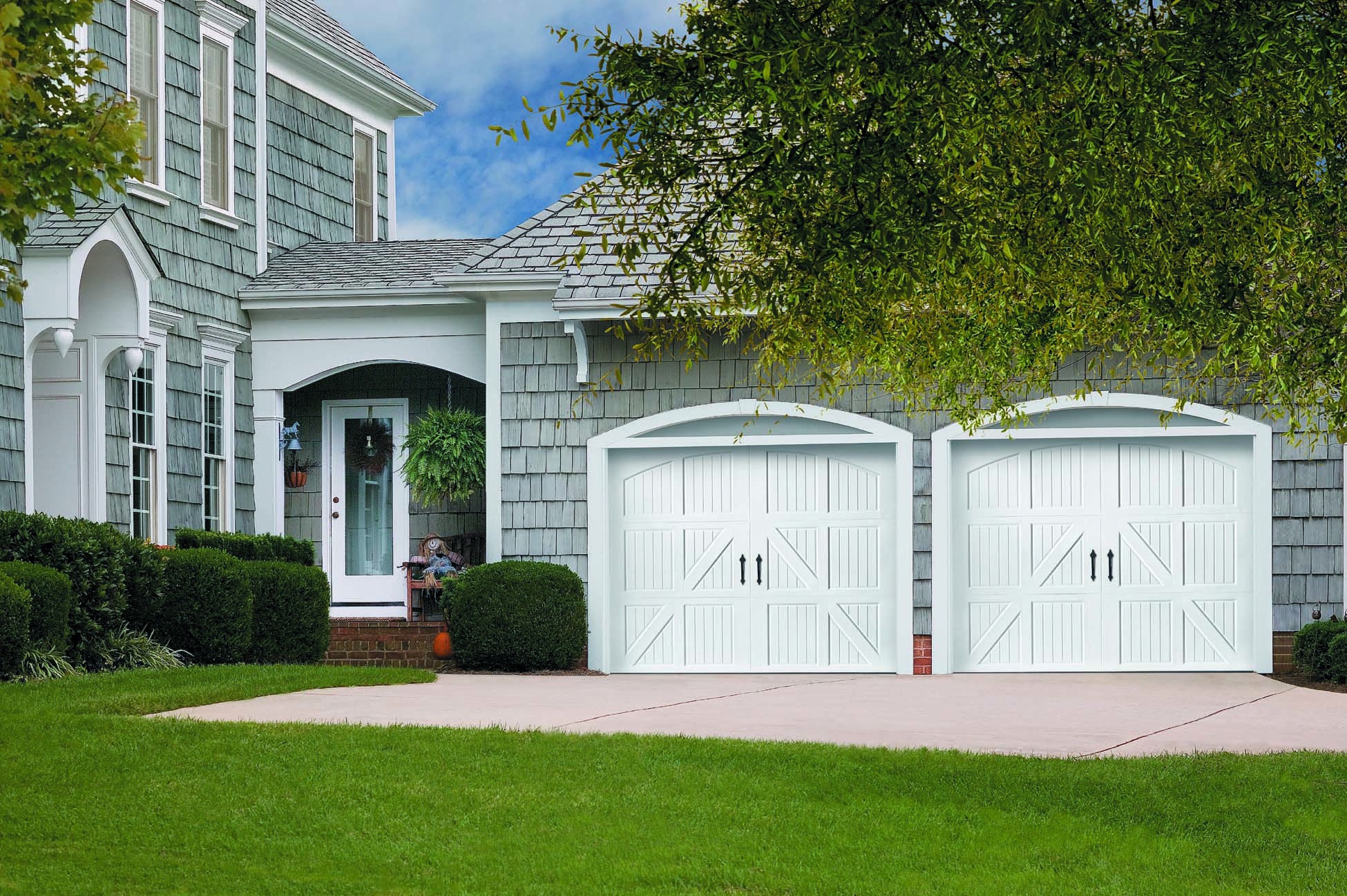 Amarr classica garage doors - Amarr Classica Lucern Garage Door With A Closed Arch Top Section In True White With